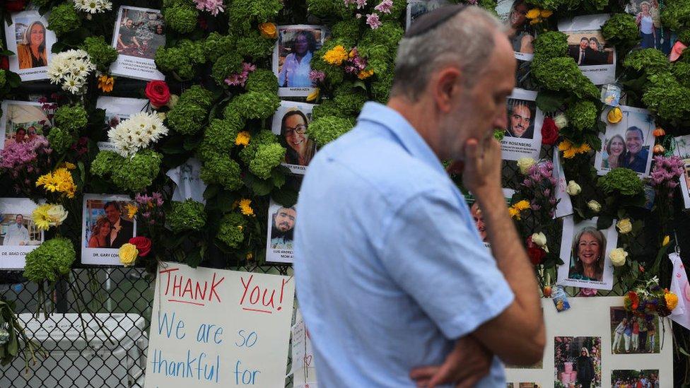 Un hombre con kipá contempla uno de los memoriales a las víctimas de las Torres Champlain Sur.