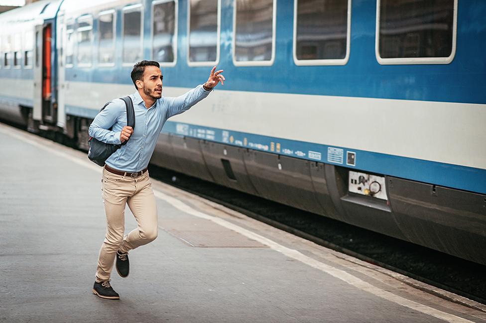 Hombre llega tarde a tomarse un tren
