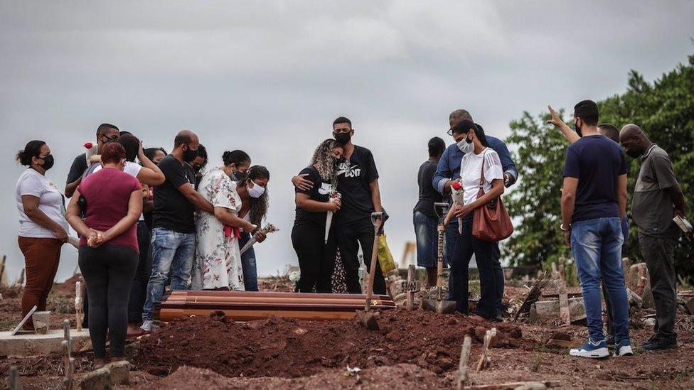Entierro en Brasil.  Los familiares lloran la muerte de sus seres queridos debido al covid.