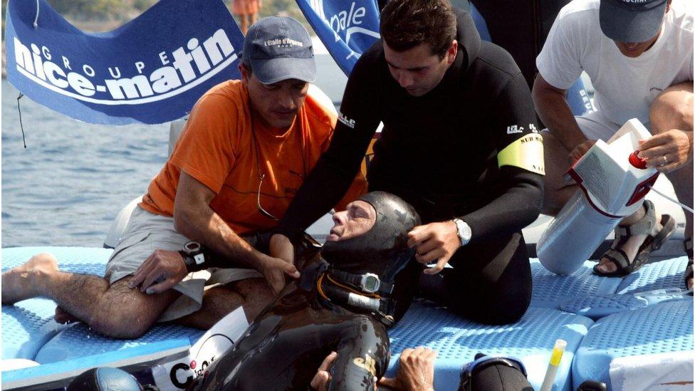 الغوص الحر قد يودي بحياة أمهر الغواصين. في هذه الصورة، يمتثل نيتش من غيبوبة أصيب بها نتيجة محاولة قام بها في فرنسا