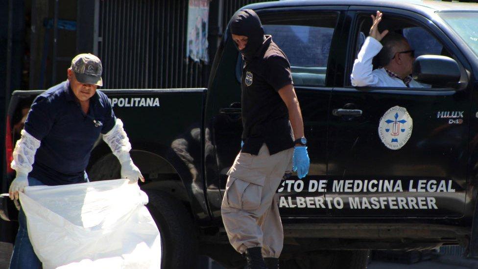 Policías en El Salvador