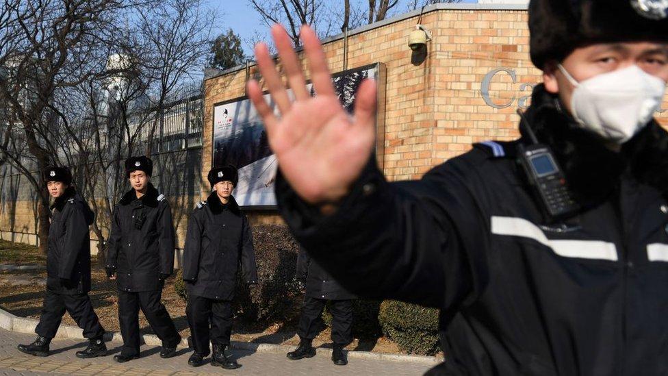 Policía china en la embajada de Canadá, diciembre de 2018.