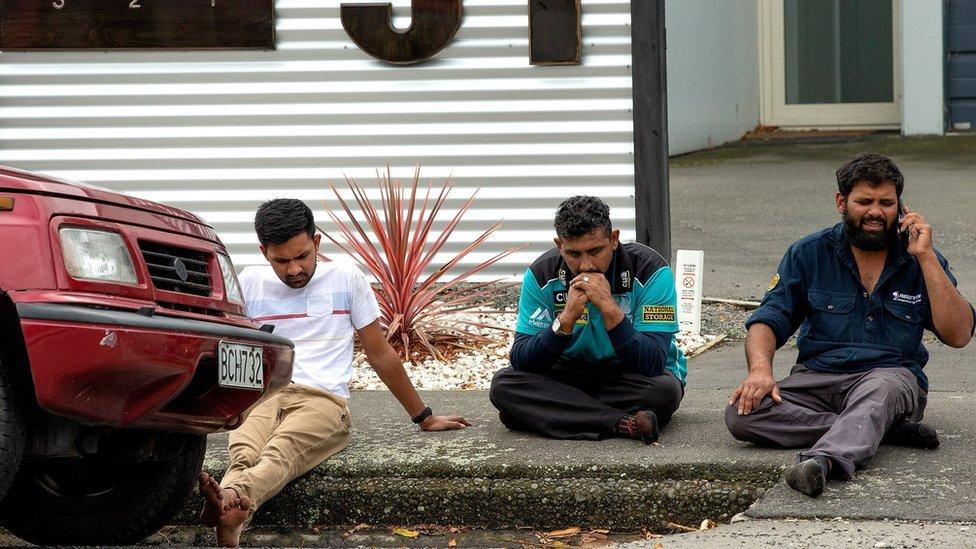 muškarci ispred džamije nakon napada
