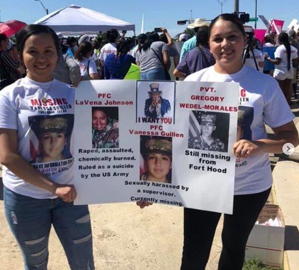 Dos mujeres con un cartel