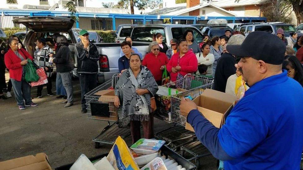 Manny Flores en una de las jornadas de distribución de alimentos.