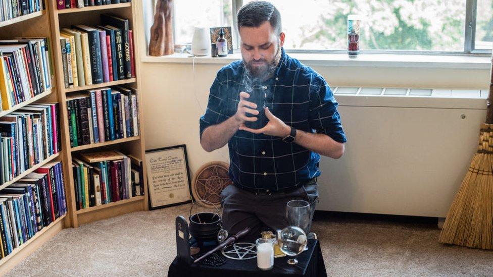 David Salisbury hace un ritual en su casa de Washington DC