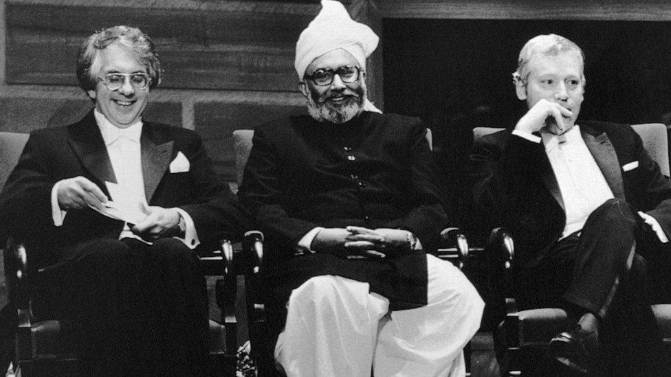 عبد السلام كان أول باكستاني يفوز بجائزة نوبل، ويظهر في الصورة في مراسم تسليم الجائزة في ستوكهولم