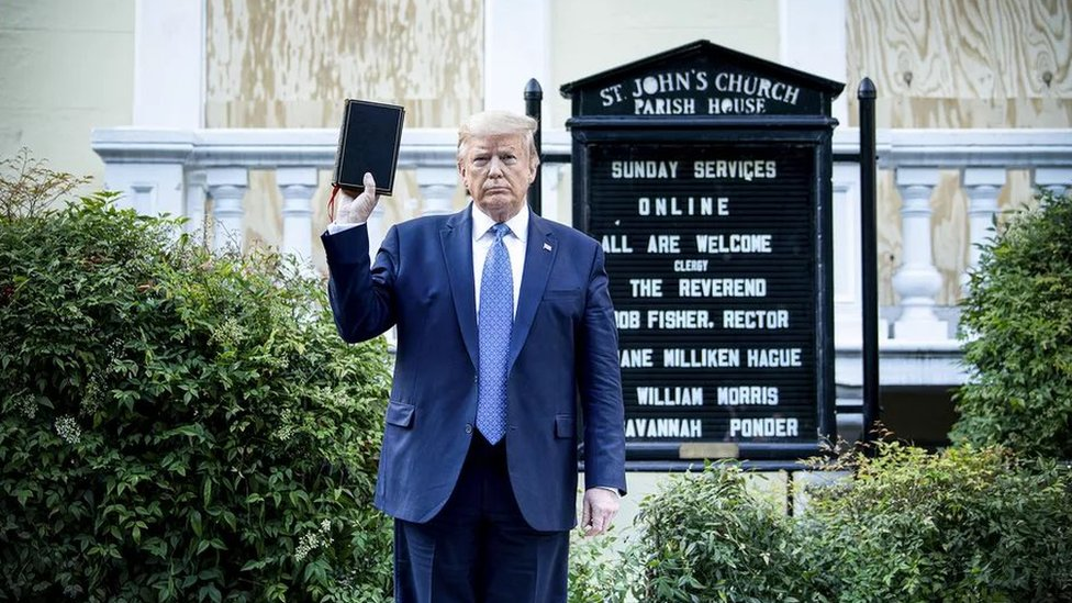 ترامب يرفع الكتاب المقدس