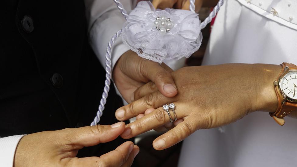 Manos de dos personas que se casan