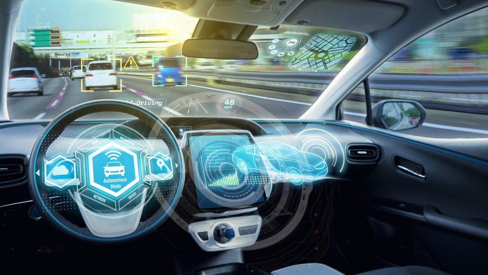 Uno de los usos de la red 5G será el de los autos inteligentes que no requieren de un conductor.