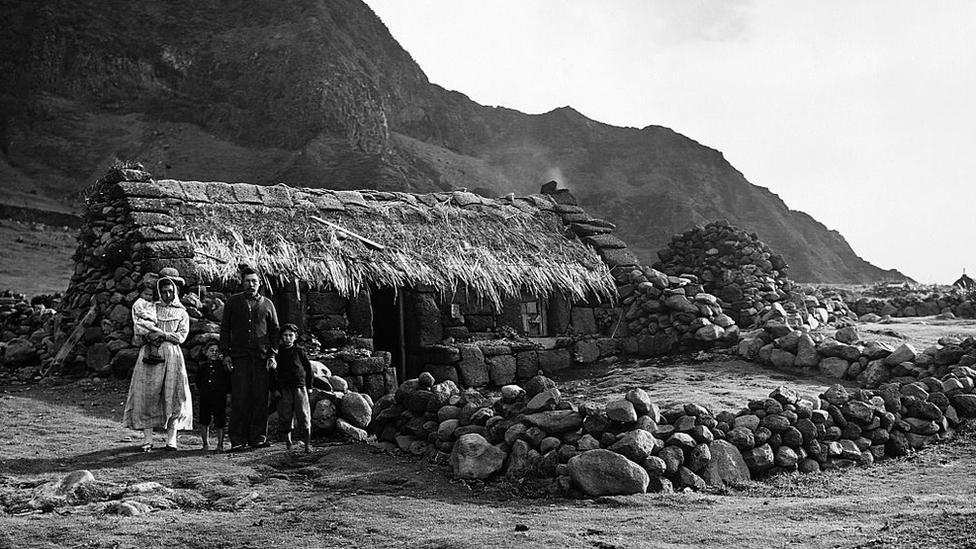 Porodica Grin 1961. godine ispred svog doma posle vulkanske erupcije