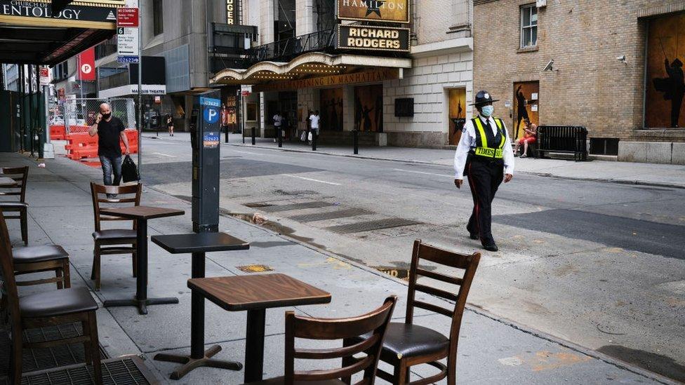 Mesas vacías en un restaurante de Nueva York