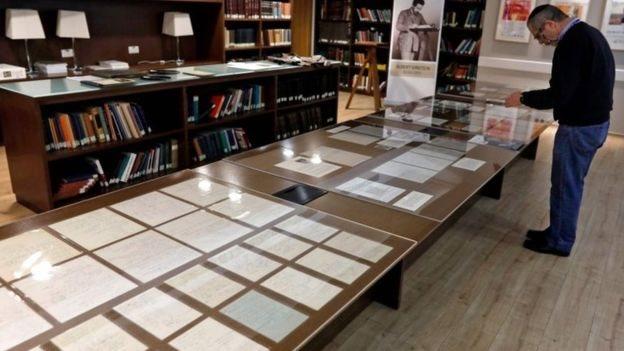 Koleksi tersebut digabungkan dengan lebih dari 80.000 benda di Albert Einstein Archives.