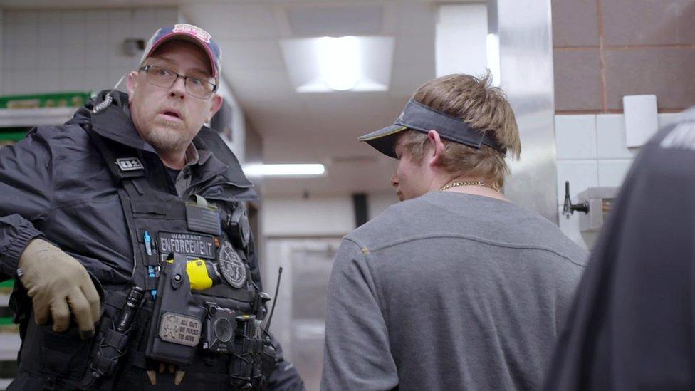 Scott Gribble junto a Bryce, un detenido.