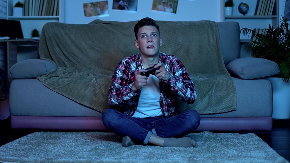 Un joven jugando a un videojuego