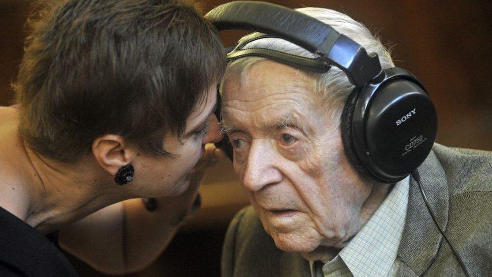 Sandor Kepiro (derecha) es recibido por su psicóloga Anna Szoor en un tribunal de Budapest.