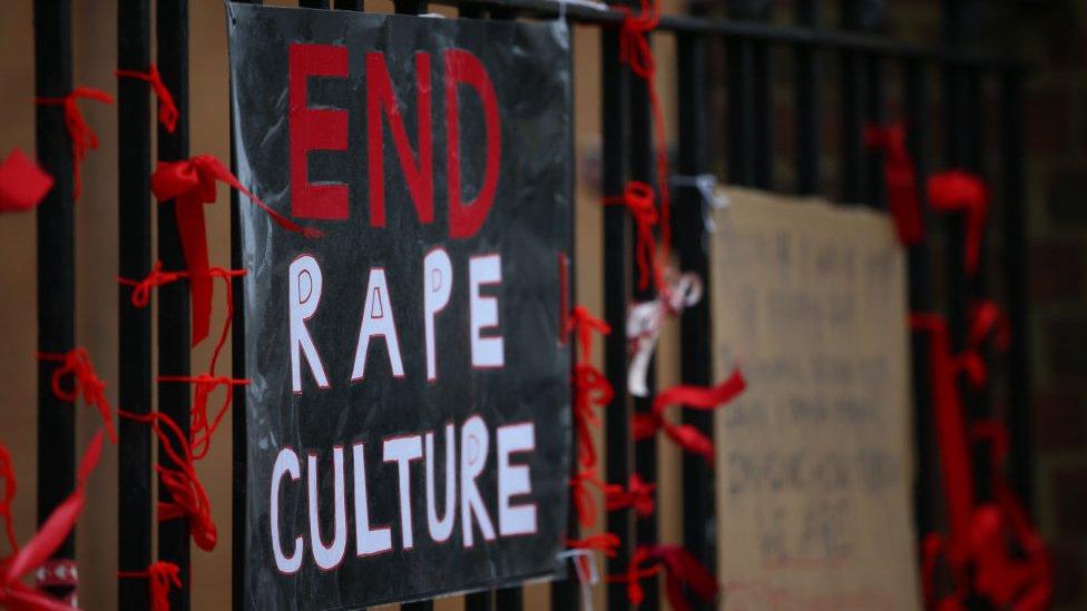 لافتة تطلب بإنهاء ثقافة الاغتصاب على مدرسة في لندن