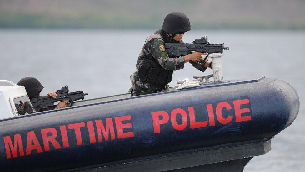 Policía marítima filipina ensaya operaciones contra pescadores ilegales tras un entrenamiento por los Navy Seals de EE. UU. (2014)
