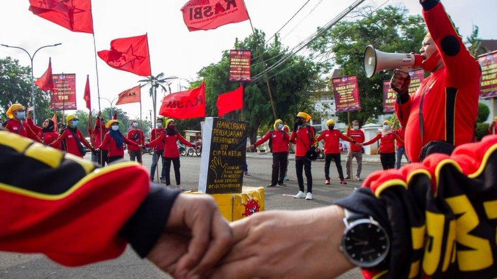 أعضاء المنظمات العمالية الإندونيسية ينضمون إلى مسيرة عيد العمال في كاراوانغ