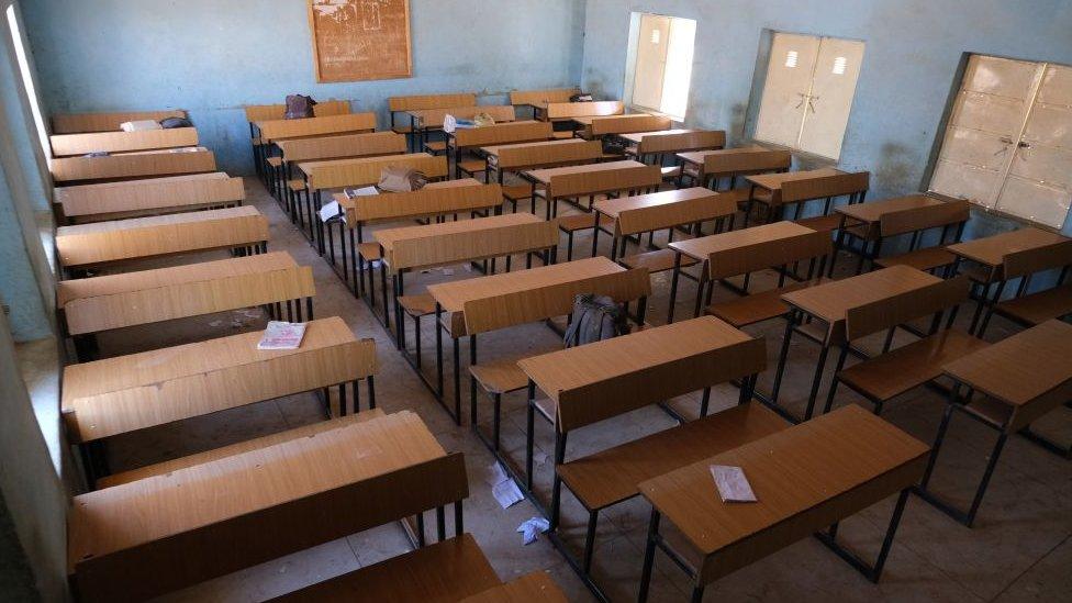 Burós vacíos en la escuela.
