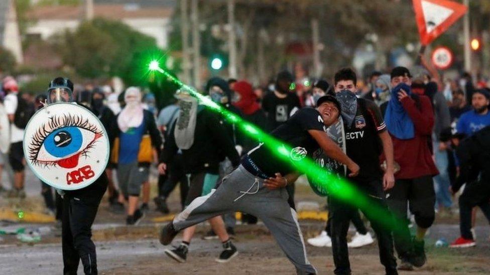 Göstericiler yer yer polisle çatıştı