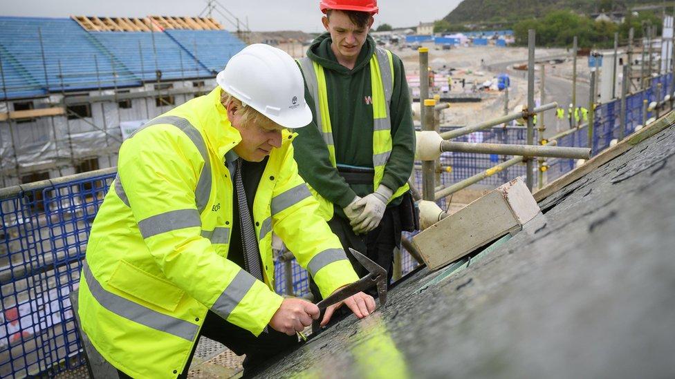 英國首相約翰遜在峰會之前走訪康沃爾的建築施工