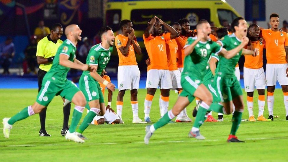 لاعبو منتخب الجزائر يحتفلون بالفوز