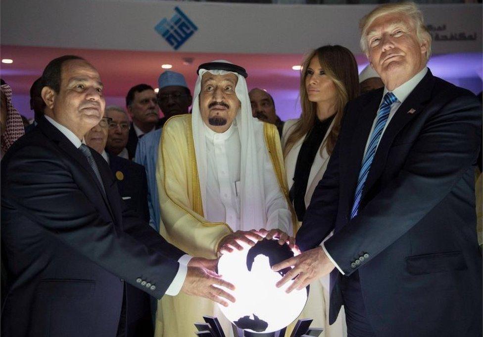 Abdul Fattah al-Sisi (izquierda), Salman bin Adbulaziz centro) y Donald Trump ponen sus manos sobre un globo iluminado