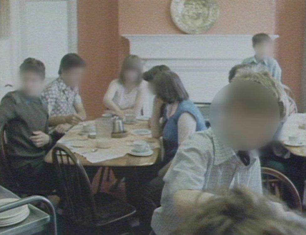 Fotos de niños en un comedor.