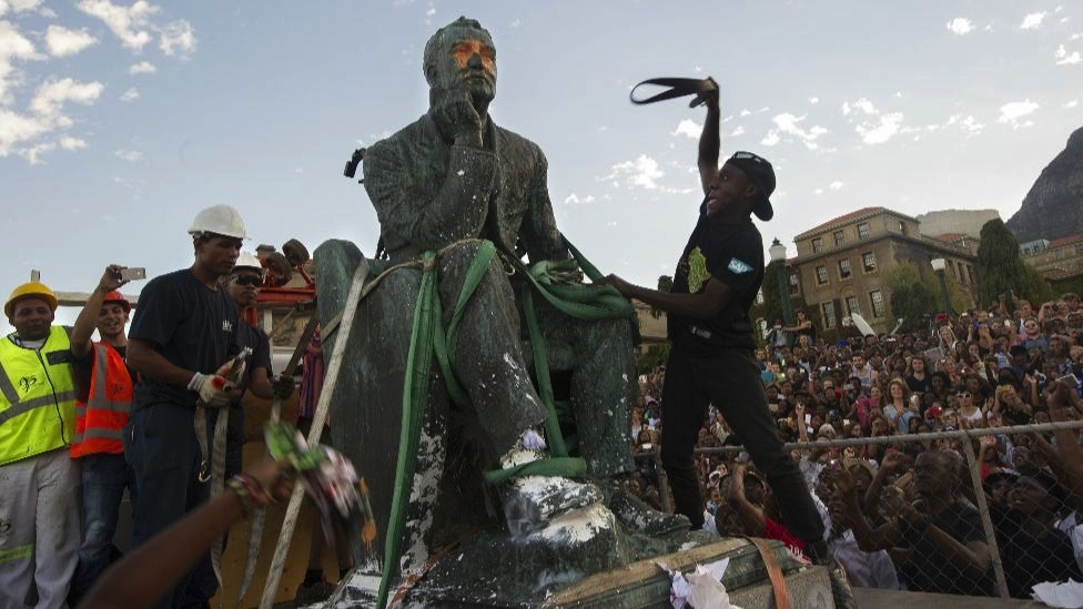 El retiro de una estatua en Ciudad del Cabo en 2015