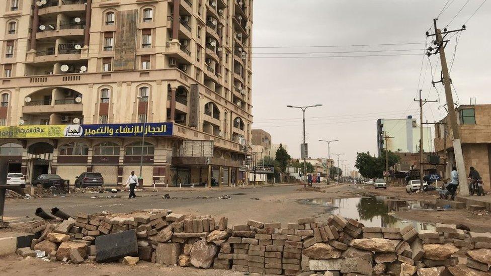طريق في وسط الخرطوم حيث لا كثير من الحركة فيه وثمة حاجز، 4 يونيو/حزيران 2019