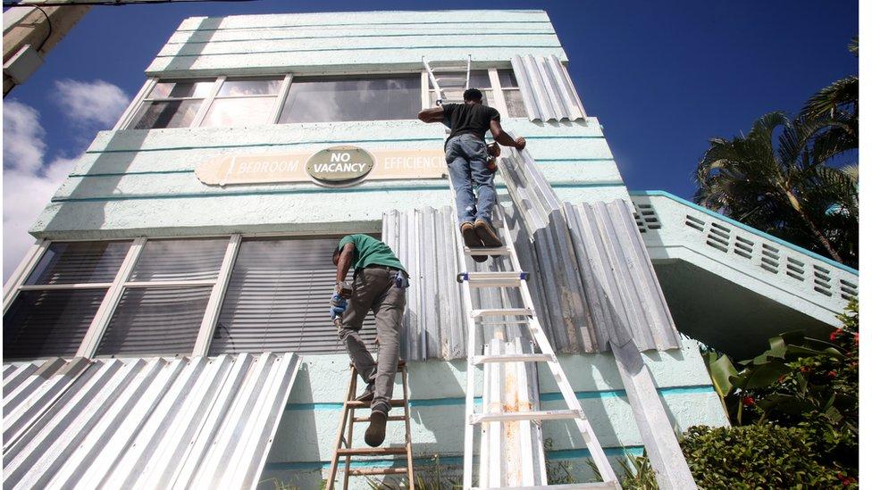 americanos colocam grades para proteger janelas de hotel