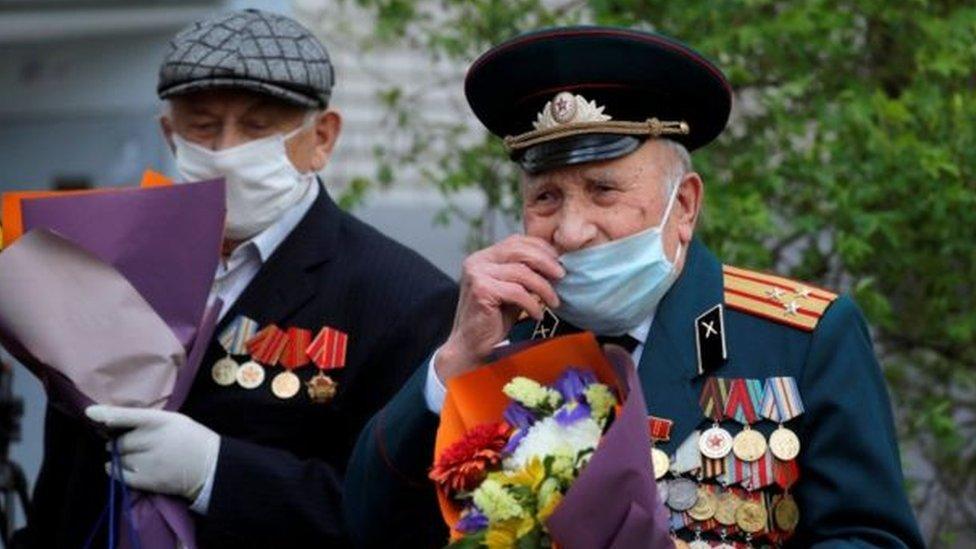 محاربون قدما في بيلاروسيا يضعون أقنعة على الوجه