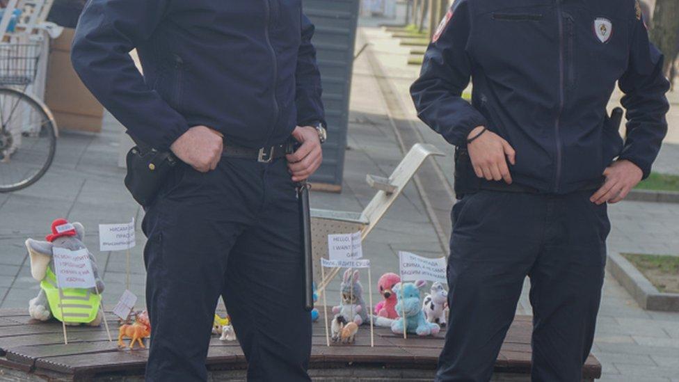 policija čuva igračke
