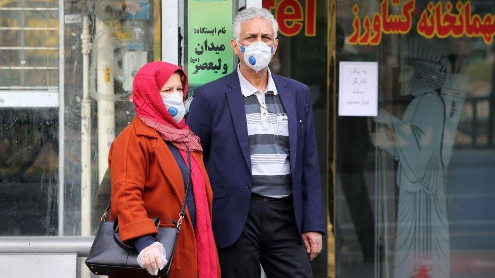 İran'da maske takanlar