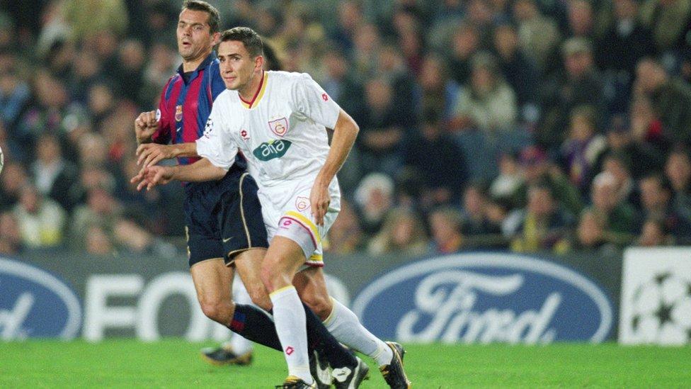 Cocu, 2001 yılında Nou Camp'ta oynanan ve 2-2 biten Barcelona - Galatasaray Şampiyonlar Ligi B Grubu maçında sarı kırmızılı stoper Emre Aşık ile ikili mücadelede