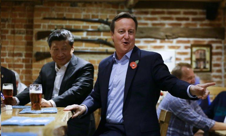 2015年英國前首相在鄉村酒吧招待到訪的習近平。