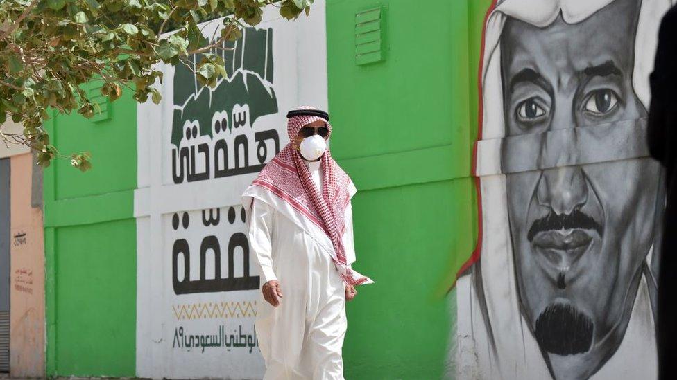 مواطن سعودي يرتدي قناعا