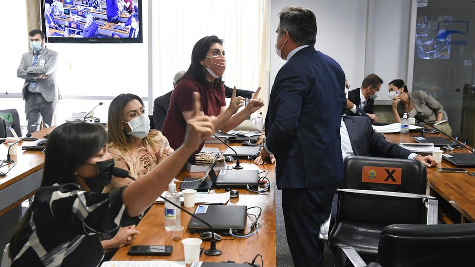 Senador Ciro Nogueira (PP-PI) discute com as senadoras Simone Tebet (MDB-MS), Soraya Thronicke (PSL-MS) e Eliziane Gama (Cidadania-MA)