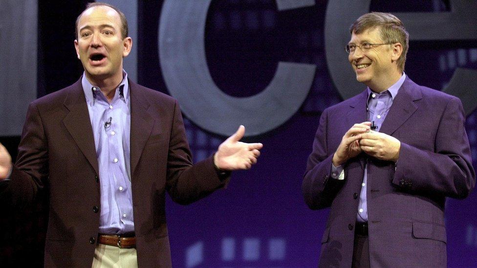 Jeff Bezos y Bill Gates en una fotografía tomada en 2001.