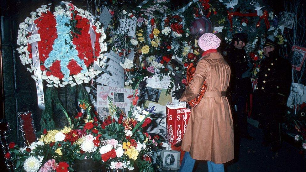 Ofrendas frente al edificio Dakota, tras la muerte de John Lennon, 1980