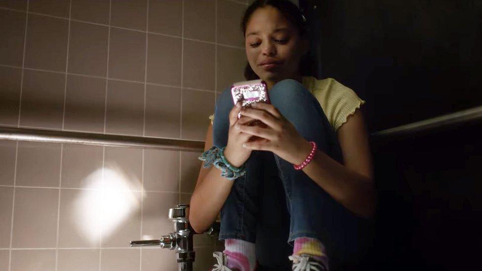 Una niña usa su teléfono para contactar con su madre en medio de un tiroteo en su escuela.