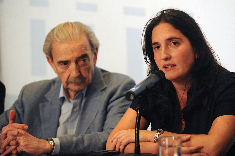 El poeta argentino Juan Gelman y su nieta, Macarena, en 2012.