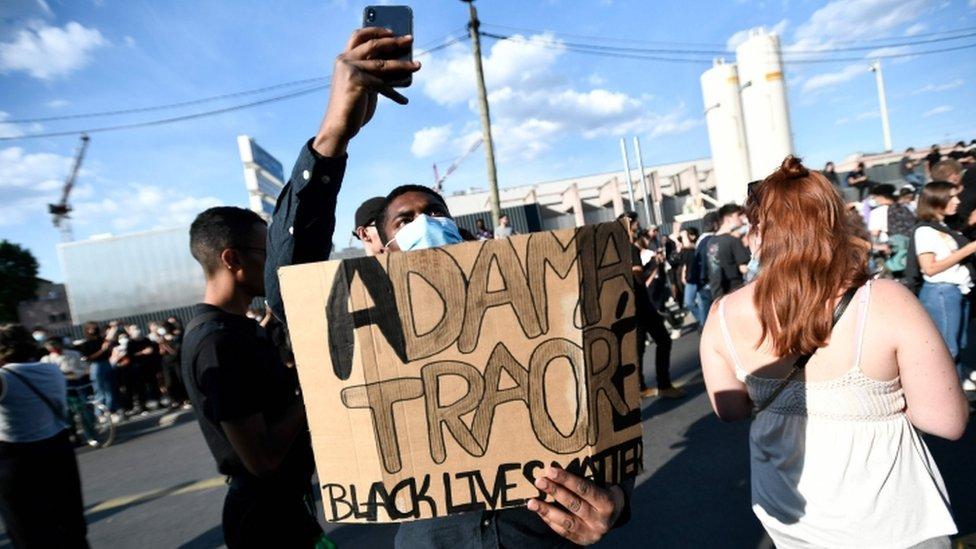 Protesta el 2 de junio de 2020 en París para reclamar justicia para Adama Traoré, quien murió tras ser detenido en 2016.