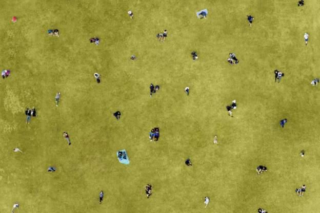pessoas distantes em um parque