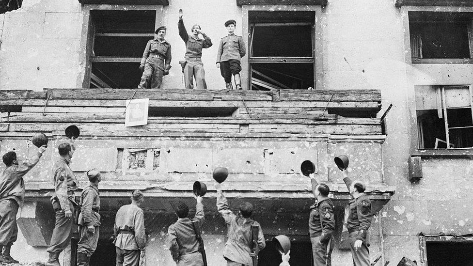 Soldados aliados en la sede de la cancillería nazi.