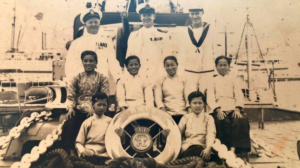 蘇絲女工班成員(前排)與一艘加拿大皇家海軍戰艦官兵合照(李敏婷提供照片)