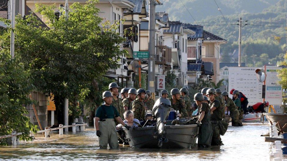 رجال الإنقاذ يجلون بعض المواطنين