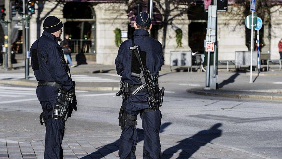 Policías suecos vigilan en Estocolmo.