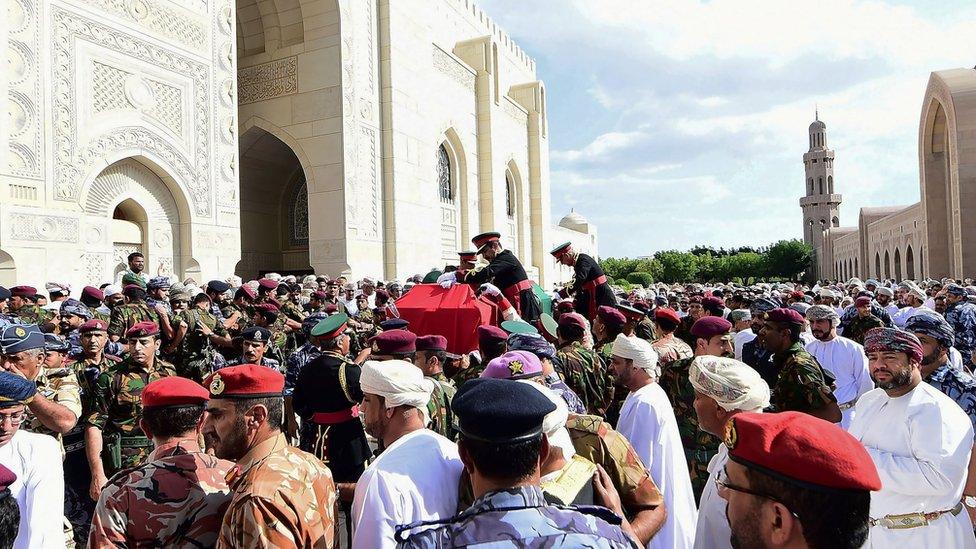 حمل مشيعون نعش قابوس أثناء الجنازة في مسقط